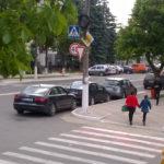 Mașini parcate neregulamentar în Hîncești.