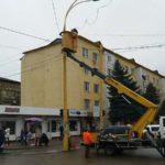 A început instalarea luminițelor pentru Sărbătorile de Iarnă.