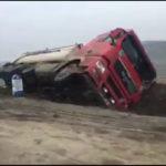 Video! Un TIR s-a răsturnat pe traseul Hîncești-Bozieni.