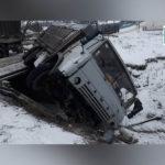 fotoreport: Un camion s-a răsturnat în comuna Sărata-Galbenă