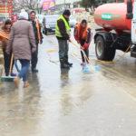 Video! Lucrătorii de la Regia Ara spală trotuarele de mizerie