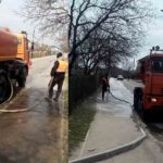 Lucrătorii de la Regia-Ara spală trotuarele din Hîncești.