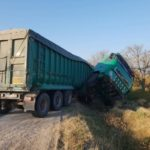 Un camion încărcat cu porumb a derapat de pe traseu