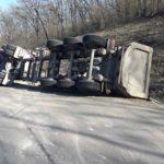 Un camion încărcat cu prundiș a derapat de pe carosabil și s-a inversat