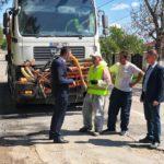 Alexandru Botnari inspectează  lucrările de plombare a gropilor din mun.Hîncești