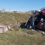 O femeie de 52 de ani a decedat după ce tractorul în care se afla a derapat de pe traseu și s-a inversat